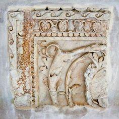 Uno dei reperti murati sulle mura dell studio di Antonio Canova, via delle Colonnette (pannelli flavi sulla basilica Emilia)