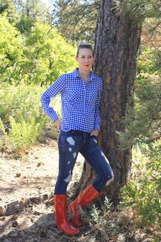 casual-fall-outfit-ideas-distressed-jeans-rain-boots-gingham-shirt http://www.amodernmomblog.com/2016/11/family-hike/