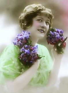 . Sweet Violets, Vintage Pictures, Old Photos, Postcards, Vintage Ladies, Flower Girl Dresses, Glamour, Pure Products, French
