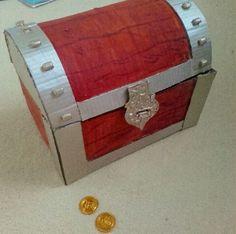 """Voici un coffre de pirate tout en carton mais comme un vrai ! J'ai d'abord réalisé la boite en carton puis j'ai ajouter les bandes """"m..."""