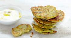 Blinis de courgetteDécouvrir la recette des blinis de courgette Cookbook Recipes, Cooking Recipes, French Crepes, Veggie Dinner, French Dishes, Crepe Recipes, Beignets, Food Styling, Entrees