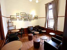 スターバックスコーヒー弘前公園前店(4)控室だった部屋を改装し、書斎・ギャラリーをイメージした「客間」