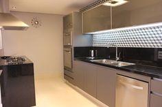 COZINHA 1: Cozinhas modernas por ALME ARQUITETURA Kitchen Floor Plans, Kitchen Flooring, Kitchen Cabinets, Arch Interior, Interior Decorating, Interior Design, Kitchen Interior, Kitchen Design, Vintage Storage