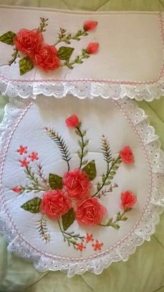Lindos jogos de banheiros em Patchwork Diy Embroidery Patterns, Ribbon Embroidery Tutorial, Hand Embroidery Stitches, Silk Ribbon Embroidery, Flower Patterns, Ribbon Art, Ribbon Crafts, Flower Crafts, Fabric Crafts