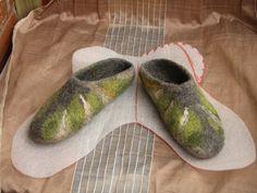 выкройка тапочек Felted Slippers Pattern, Elf Slippers, Felt Boots, Wool Shoes, Needle Felting Tutorials, Hobbys, Ciabatta, Handmade Felt, Nuno Felting
