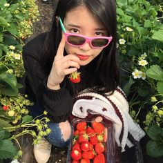 IU Picks Strawberries with Her Fashion Forward Dad Korean Celebrities, Celebs, Cute Girls, Cool Girl, Kim Chungha, Kim Hyuna, Kpop Aesthetic, Suzy, K Pop