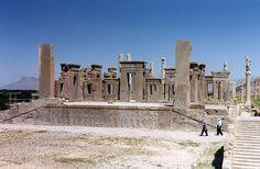 PERIODO AQUEMÉNIDA: Tachara del Palacio de Persépolis (al fondo, la apadana).