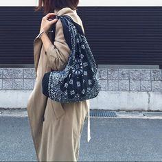 100均のバンダナ3枚でDIY♡今夏大人気の『バンダナバッグ』の作り方 | CRASIA(クラシア) Japanese Patterns, Japanese Fabric, Bandana Outfit, Bazaar Ideas, Art Bag, Shopper, Handmade Crafts, Clothing Patterns, Bag Accessories