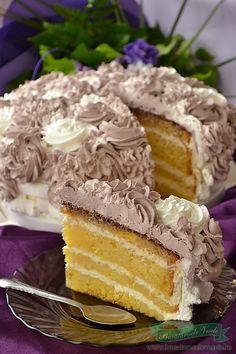 Mai zilele trecute a fost ziua de nastere a cuiva draga mie, si cum m-a rugat sa o ajut cu un tort nu am putut sa o refuz. Am imprumutat crema de la Prajitura Budapesta si astfel am realizat acest Tort cu crema de lamaie si frisca. Am fost sa il si degust si pot