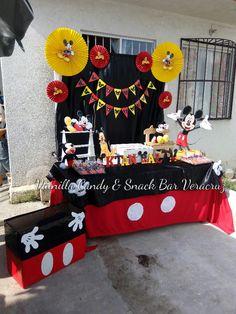 Mesa de ambientacion con tema mickey mouse y caja para regalos personalizada.