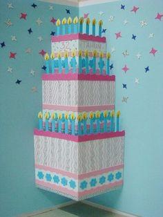 入れた切込みがケーキの側面になるような装飾を施せば、大きなバースデーケーキが飛び出します!! 複雑な作業が無いので簡単に作れそう。