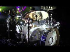 Drum Solo, Travis Barker, Europese tour van Blink-182.  Naar mijn mening is Travis Barker de beste drummer van het moment. Hij gebruikt veel verschillende technieken in deze solo en dan ook nog eens heel snel, terwijl hij met zijn drumstokjes trucjes aan t doen is.  een woord voor: INDRUKWEKKEND!