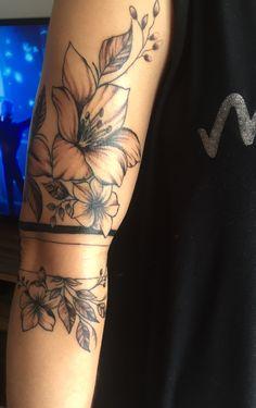 Tatuagem bracelete com flor