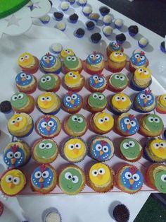 Cupcakes com decoração de pasta americana tema da galinha pintadinha.