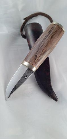 saku honkilahti 2 Forging Knives, Forged Knife, Bushcraft Knives, Diy Knife Handle, Knife Handles, Cool Knives, Knives And Tools, Diy Leather Knife Sheath, Knife Shapes