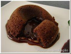 Essa receita de petit gateau de chocolate é incrivelmente fácil e saborosa. Confira!
