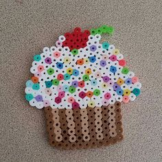 Cupcake perler beads by xshannonsays Diy Perler Beads, Pearler Beads, Fuse Beads, Hama Beads Patterns, Craft Patterns, Beading Patterns, Emoji Caca, Bead Kits, Plastic Beads