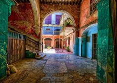 Werner Pawlok, Solar Aguiar IV, 2014 / 2014 © www.lumas.com/ #Architecture #Balcony #blue #courtyard #Cuba #Entrance #floor #tiles #green #Havana #House #Houses #old old-fashioned #Photography #Plants red #Stairs #violett #Window #Lumas #LiberationOfArt