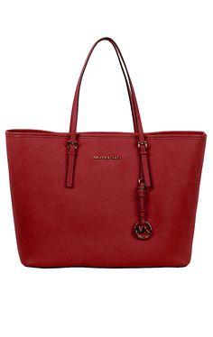 Jet Set Travel Bag   Geräumige Michael Kors Tasche in der Trendfarbe Rot. Die Jet Set Travel Bag mit einer offenen Innentasche und einer Reißverschlusstasche, Logo-Metall-Applikationen und Tragehenkeln ist aus reinem Leder gefertigt.