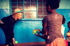 Madonna visita projeto social em Malawi - http://metropolitanafm.uol.com.br/novidades/famosos/madonna-visita-projeto-social-em-malawi