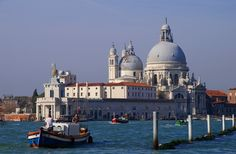 La Basílica de Santa María de la Salud se ubica en la Punta della Dogana (Aduana), construida tras la epidemia de peste que asoló #Venecia en 1630. http://www.venecia.travel/lugares-para-visitar/basilica-de-santa-maria-de-la-salud/ #turismo #viajar #Italia