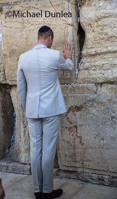 June 2018 Prince William at the Wailing Wall, Jerusalem Prince William And Kate, William Kate, William Windsor, Principe William, Princess Stories, Kate And Harry, Kate Middleton Wedding, Royal Life, Duke Of Cambridge
