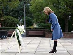 ケネディ大使、長崎を初訪問 被爆体験談「深く心動く」  平和祈念像に献花し頭を下げるキャロライン・ケネディ駐日米大使=12月10日、長崎市、岩下毅撮影