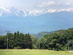 山を望遠レンズで拡大。まだ雪が残っています。