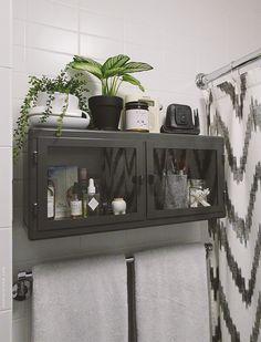 grundtal abtropfgestell befestigt an einer stange dar ber r skog wandschrank in dunkelgrau glas. Black Bedroom Furniture Sets. Home Design Ideas