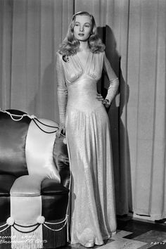 American actress Veronica Lake wearing a dress by legendary Hollywood costume designer Edith Head for her role in 'This Gun For Hire'. Get premium, high resolution news photos at Getty Images The Veronicas, Glamour Vintage, Glamour Hollywoodien, Retro Vintage, Veronica Lake, Golden Age Of Hollywood, Vintage Hollywood, Classic Hollywood, Hollywood Fashion