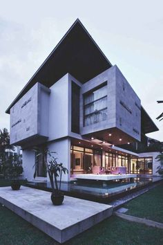 27 East Sussex Lane Resort villa in the front, contemporary home in the back Architecture Résidentielle, Beautiful Architecture, Singapore Architecture, Resort Villa, Tropical Houses, My Dream Home, Exterior Design, Modern Exterior, Beautiful Homes
