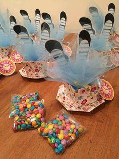 Convite montado em papel colorplus 180g, no formato de xícara, dentro segue um saquinho de confete embalado em tule, na parte traseira do relogio estão os dados da festa.