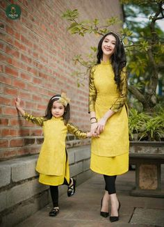 """""""I'm on one foot, held up by Mommy and the wall. Muslim Fashion, Asian Fashion, Look Fashion, Girl Fashion, Mother Daughter Dresses Matching, Mother Daughter Fashion, Mom Daughter, Mother Daughters, Mommy And Me Outfits"""