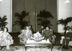 Nicolae Ceaușescu with Pol Pot - Khmers rouges — Wikipédia Hanoi, Phnom Penh, Premier Ministre, Khmer Empire, Real Monsters, Armed Conflict, Political Leaders, Asian History, Vietnam War
