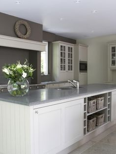 voorbeeld grote kast achter kookeiland en kleur in keuken door achterwand een kleur te geven