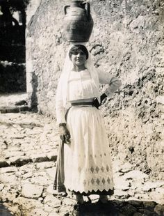 Corfu old photos-girl carry water 1930 Greece Pictures, Old Pictures, Old Photos, Corfu Holidays, Corfu Island, Corfu Greece, 1930, Travel Guide, Food Waste