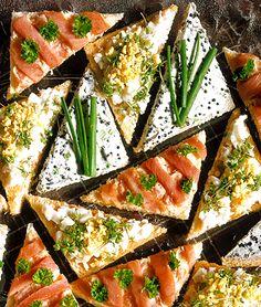 Man kan aldrig få för många tips som alternativ till sandwich. Här kommer lax, ägg och oströra på tre goda sätt.
