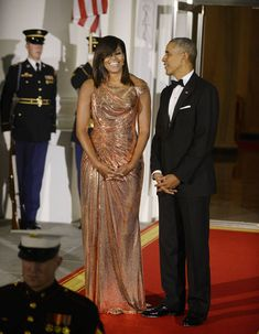 Michelle Obama dressed to impress for her final state dinner as First Lady in a dazzling custom-made rose gold gown by Atelier Versace Michelle Et Barack Obama, Barrack And Michelle, Michelle Obama Fashion, Durham, Joe Biden, Selena, First Ladies, Dinner Gowns, Versace Gown