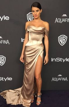 Isabeli Fontana sexy gold Charmeuse dress at Golden Globes Draped off-the-shoulder red carpet prom dress. Gold Prom Dresses, Gala Dresses, Satin Dresses, Strapless Dress Formal, Celebrity Inspired Dresses, Celebrity Dresses, Beautiful Dresses, Nice Dresses, Off Shoulder Evening Dress