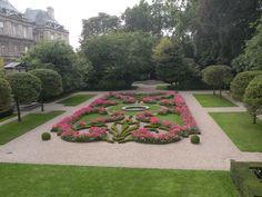 Jardin du Luxembourg, a beautiful garden in Paris, commissioned by Queen Marie de' Medici Palais Du Luxembourg, Luxembourg Gardens, Gardens Of The World, Famous Gardens, Palace Garden, Italian Garden, Le Palais, Formal Gardens, Public Garden