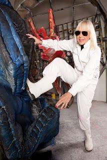 Marta Minujín con mamelucos, tierra, oro, anteojos extravagantes, de cabellera rubia platinada sin raíces. La artista argentina sin lugar a duda más conocida de todo el mundo