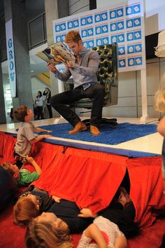 Hot Chris Pine reading books to children. Precious.