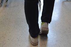 El símbolo de la noche fue una impresión del pie. Así este es dos pies de un estudiante y su zapatos. El logo de Converse Allstar fue usado también.