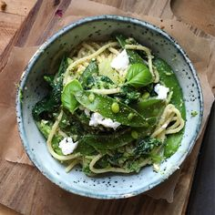 Ingredients 75g Spaghetti (spelt or wholewheat are delicious) 1/4 Broccoli Head  Handful of Sugar Snap Peas (Approx. 7 pods) 2 tbsp Ricotta Cheese Crumbled 1/3 Cup Spinach (Optional) Pinch of Himalayan Salt & Cracked Pepper 1 Heaped tbsp Pesto (For this I used Knorr new pesto pods as they are brilliant for small portions!) 4 Fresh Basil Leaves Method Bring a small pan of water to boil and add the spaghetti to cook for around 12-18 minuted depending on the type you have selected ...