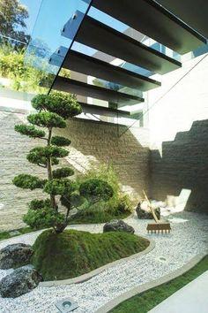 Avec son aménagement millimétré, le jardin zen nous séduit et nous apaise. Eléments d'une déco extérieur zen, le jardin japonais se pare d'une myriade de végétaux pour faire le plein de chlorophylle. Arbres, massifs d'arbustes, fleurs, plantes aquatiques et même mousse et gazon peuvent être utilisés