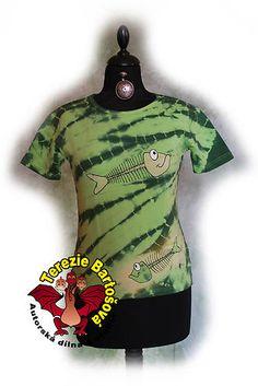 TRIKO NA RYBY PRO DÁMY Velikosti: S, M, L, XL, XXL Barva: zelená batika Technika: ruční zpracování batika + kresba Složení: 100% bavlna Střih: klasický krátký rukáv MOŽNOSTI OBJEDNÁNÍ VOLITELNÝCH VELIKOSTÍ Atelier