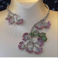BEAUTIFUL Necklace by @vancleefarpels via @mariigem #luxuryjewelry #finejewelry #vca #vancleefarpels #diamond #sapphires #bola3jewelry