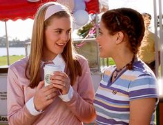 Alicia Silverstone and Brittany Murphy as Cher Horowitz and Tai Frasier in Clueless Fashion 90s, Clueless Fashion, Clueless Outfits, Movie Outfits, 90s Outfit, Fashion Beauty, Clueless Quotes, Clueless 1995, Cher Horowitz