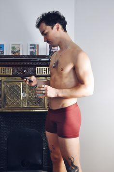 Petrone montre ses dessous masculins avec un pop up dans le