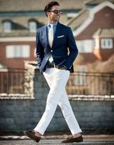 Classic marine look with patterned shirt (navy blazer, white pants, brown suede loafers)